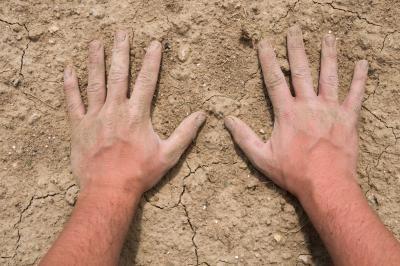 Що робити, якщо тріскається шкіра на пальцях?