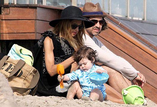 Справа в капелюсі: рейчел зої з чоловіком роджером і сином скайлар на пляжі