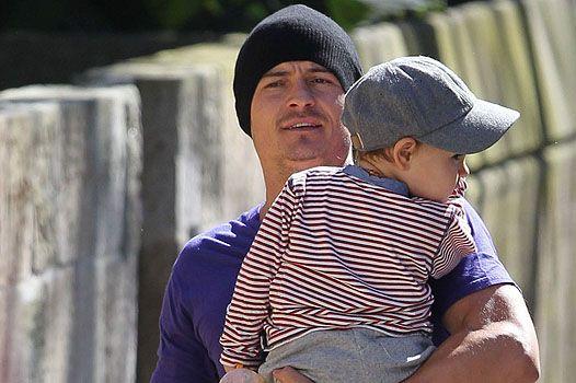 Двоє в кепках: орландо блум на на прогулянці з сином