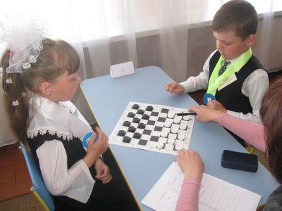 Як навчити дитину грати в шашки
