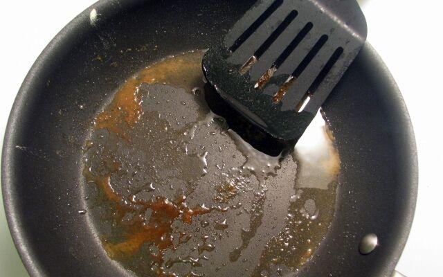 Як почистити сковороду від нагару: швидко і ефективно