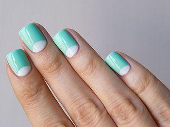 Місячний і французький бірюзовий манікюр на коротких нігтях