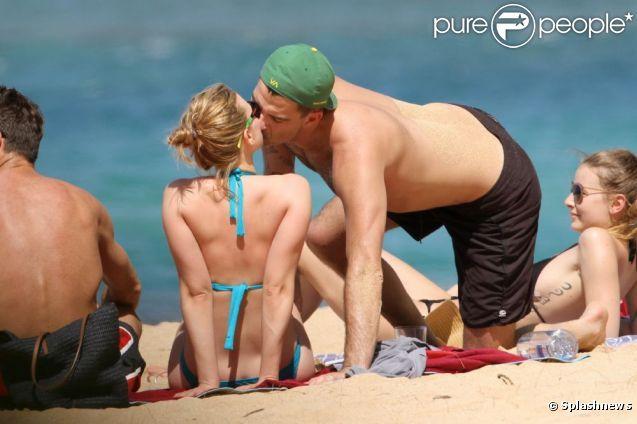 Скарлетт йохансон на гавайському пляжі з новим бойфрендом