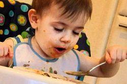 Вчимо дитину їсти самостійно