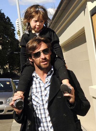 Вгадай малюка: хто забрався на шию до тата?